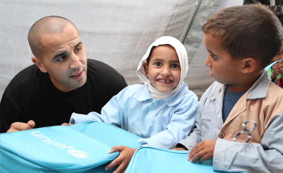 Bougherra offre un trousseau scolaire à un enfant sahraoui à Tinfouf