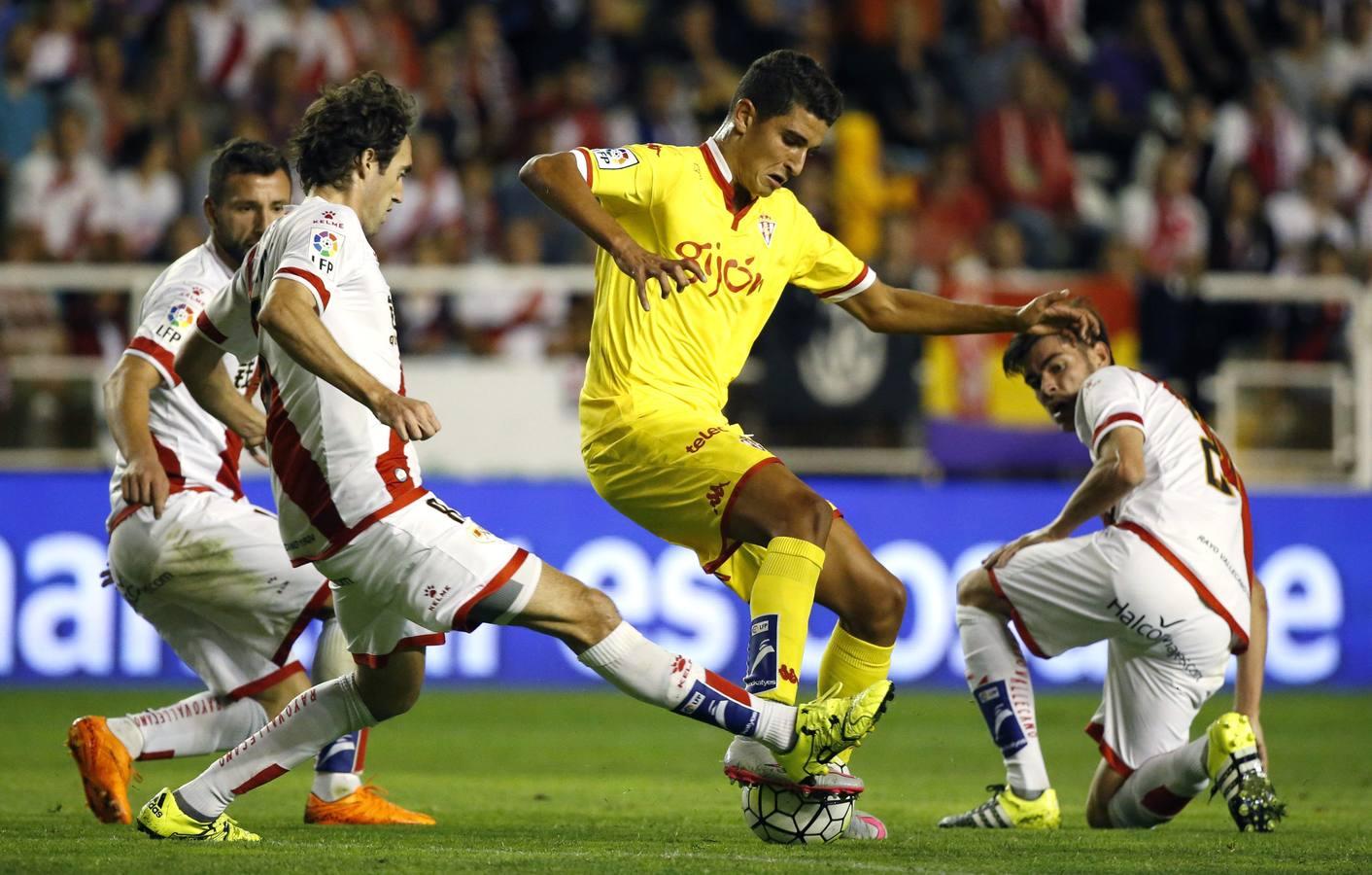GRA472. MADRID, 23/09/2015.- El delantero del Sporting, Omar Mascarell (c), controla la pelota ante los jugadores del Rayo Vallecano, Embarba (d), Jozabed (i) y Raúl Baena (2i),durante el partido ante el Sporting de Liga de Primera División disputado esta tarde en el estadio de Vallecas. EFE/Alberto Martín