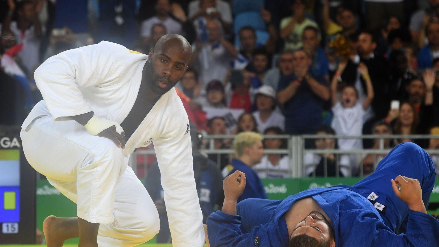 teddy-riner-blanc-face-a-l-algerien-mohammed-amine-tayeb-bleu-lors-des-qualifications-pour-les-quarts-au-tournoi-olympique-de-judo-le-12-aout-2016-a-rio_5651559