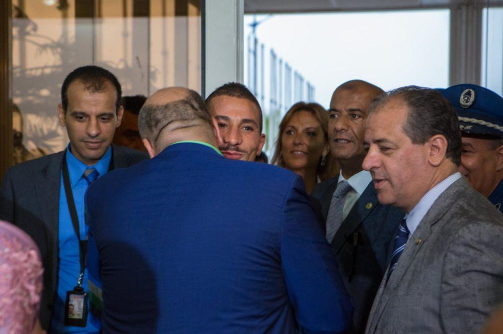 ?Le retour triomphal de Makhloufi à l'aéroport d'Alger !
