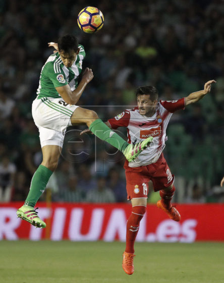 epa05610348 Real Betis French defense Aissa Mandi (L) fights for the ball with Espanyol's Mexican defense Diego Reyes during the Liga Primera Division 10th round match that both teams played at Benito Villamarin stadium in Seville, Andalusia, Spain, 30 October 2016.  EPA/JULIO MUNOZ